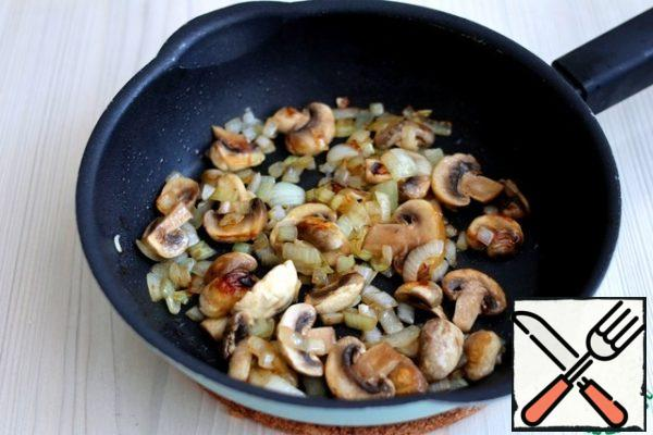 Onions and mushrooms cut arbitrarily. Add 1 tablespoon of ghee to the pan. Sauté onions and mushrooms until light Golden brown.