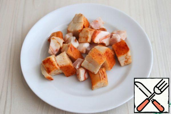 Bacon (the recipe used bacon, can use bacon), cut into pieces. Next, you need to pass the fat through the grate grinder.