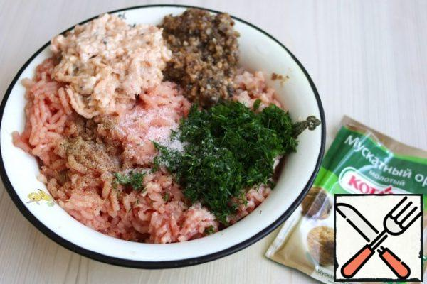 Fillet of Turkey breast and thigh fillet of chicken, bacon and sauteed mushrooms and onions, skip through the bars of the grinder. Then skip the soaked in water and pressed white bread. Fresh dill and parsley chop, add to the minced meat. Add salt and white pepper to taste. Add the nutmeg (1ch. teaspoonful), smoked paprika (1/2 tsp).