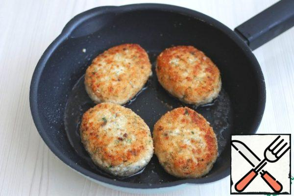 In a pan, add 2 tbsp. of vegetable oil. Fry the cutlets over medium heat on both sides for 3-5 minutes.