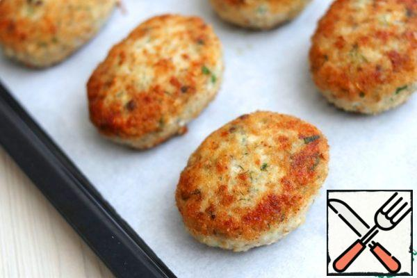 Then place the cutlets on a baking sheet and send in a preheated t 200C oven and bake lightly for 3-5 minutes.