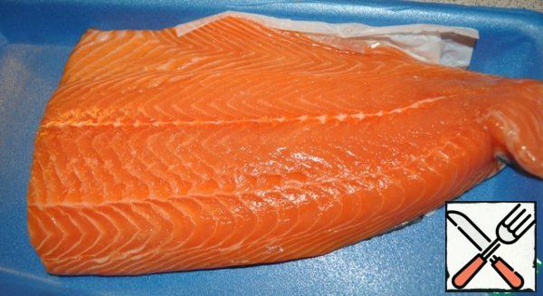 Take a piece of salmon, salt, pepper and pour lemon juice, let it brew.