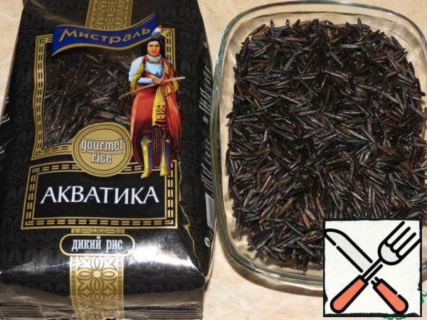 In boiling water, pour wild rice ( 1 Cup of rice - 3 cups of water), cook over low heat under the lid for 30 minutes, salt at the end of cooking.