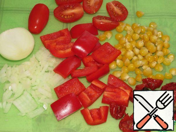 Finely chop the onion. Pepper and dried tomatoes cut into strips, and cherry in half.