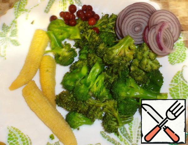 First you need to boil for 3 minutes mini corn and broccoli. Then immediately throw it back on a colander and lower in ice water, to broccoli retained its a handsome, vivid color. Peel celery stalks with a peeler, peel onions and finely chop. Choose from cowberry sauce a few berries and put in a salad for decoration.