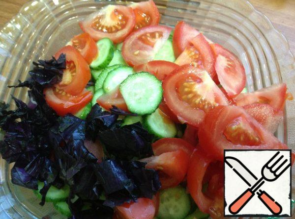 Tomatoes cut into slices, favorite greens shinkuem and send in a salad bowl, lightly salted and stir.