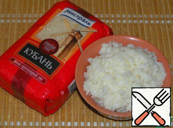 Water and milk mix, add on a pinch of salt and sugar. Bring to boil, add washed rice. Cook rice porridge.