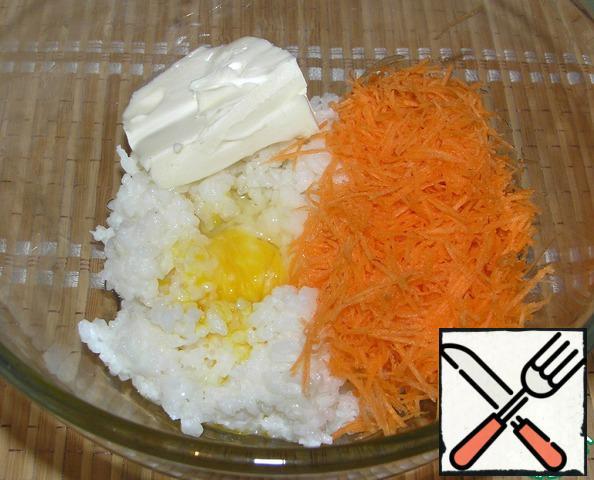 Souffle: Porridge split in half. In one part add 50 g of cheese, yolk, carrot. Grind all the immersion blender.