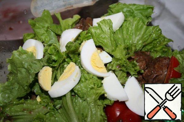 Add cherry tomatoes, cut in half, cooled liver, sliced eggs.