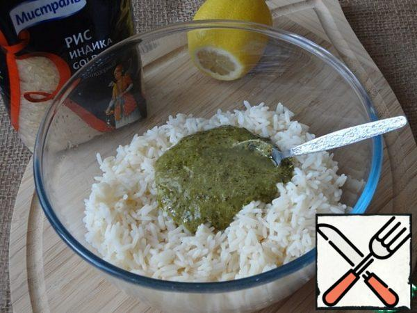 Mix the pesto with the lemon juice, pour the warm rice and stir.