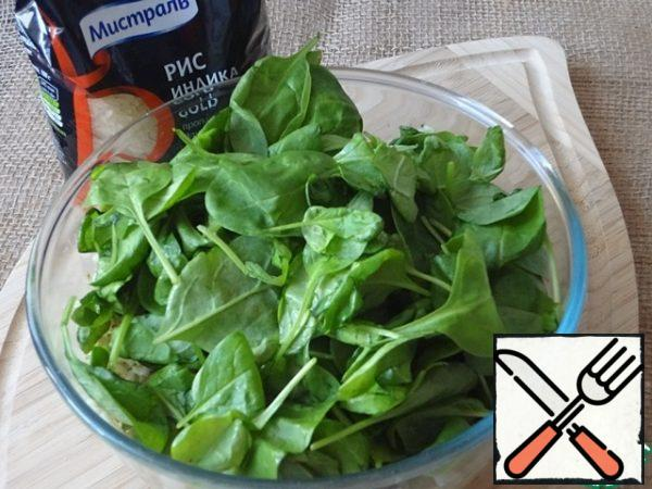 Add spinach leaves. It is spinach in this salad is not fundamental. You can use any soft salad leaves with a neutral taste.