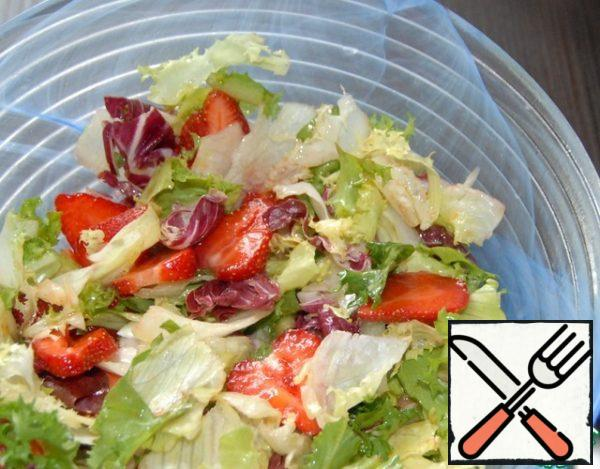 In the salad bowl gently mix the strawberry salad and dressing.