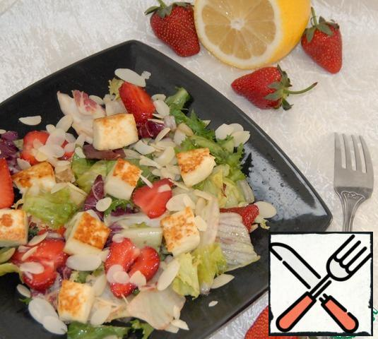 Spread the mixture on plates, spread the cheese on top and sprinkle with almond petals. The salad is ready you can bring to the table.