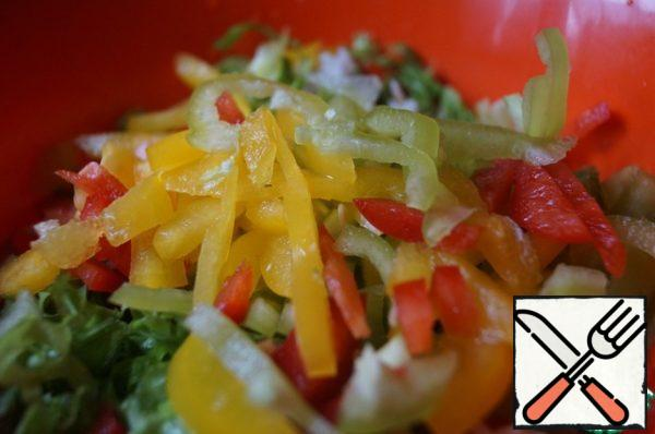 In a salad bowl put the rice, peppers and salad.
