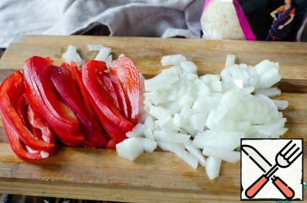 Peel and finely chop the onion and garlic. Bulgarian pepper cut into strips.