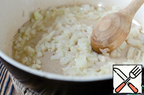 In a frying pan, heat the vegetable oil, it should be very hot, almost Smoking. Put onions and garlic in a frying pan, fry for 1-2 minutes, stirring constantly.