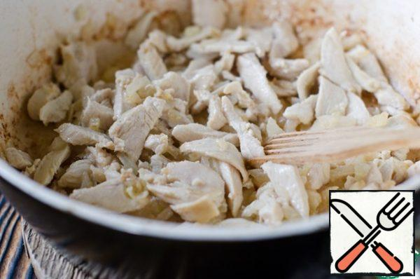 Then add the chicken, fry it for 2 minutes, the meat should turn white and slightly browned, but should not give juice. Do not forget to stir.