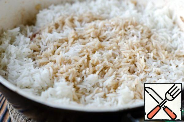 In a frying pan add boiled rice, pour the remaining soy sauce and add sugar. Mix everything well so that the rice is evenly distributed and absorbed the sauce, reduce the heat and cook for another 2 minutes.