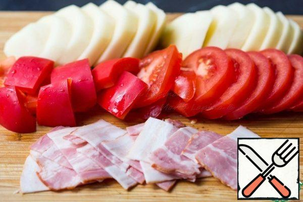 Potatoes and tomatoes cut into slices about 0.5 cm thick. Pepper cut into squares the size of a slice of tomato. Bacon, bacon or bacon cut into thin slices.