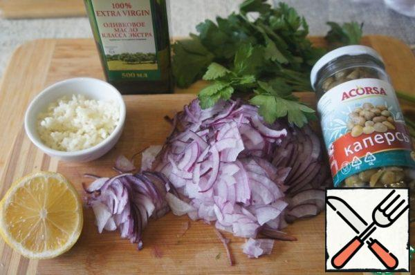 Prepare the products. Onions cut into thin quarter rings. Crush the garlic. Wash and dry the greens.