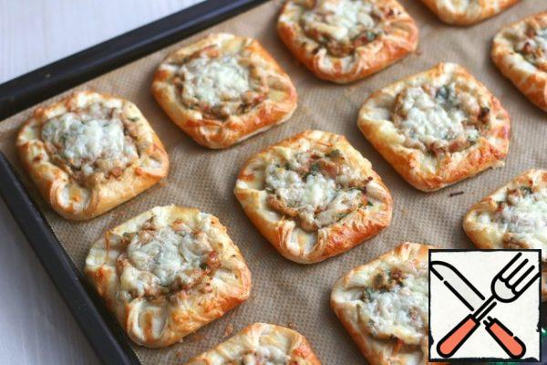 Next, sprinkle with grated cheese and send in the oven for baking. Temperature range of t 180-190C.