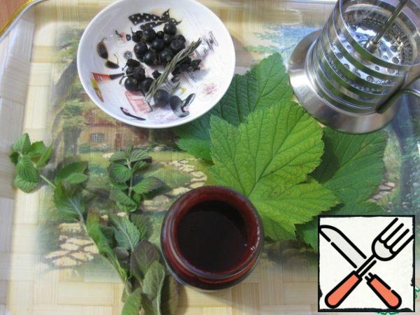 In principle, there is and describe it is nothing special) - all very simple - in the photo all the components of our tea. I have a ready-made homemade currant puree without sugar, you can just take 2-3 tablespoons of berries and mash them well.