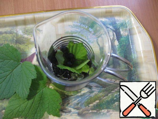 Take the teapot, pour back black tea (you can green, but it seems to me that it is more appropriate black), add pure currant leaves, mint, rosemary needles 5 (for the first time no longer advise), and a few currant berries