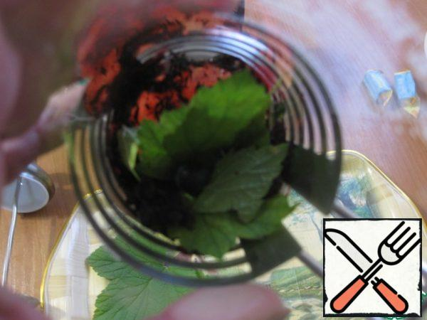 And add the berry puree or mashed berries, pour all the boiling water and let it brew for 15 minutes.