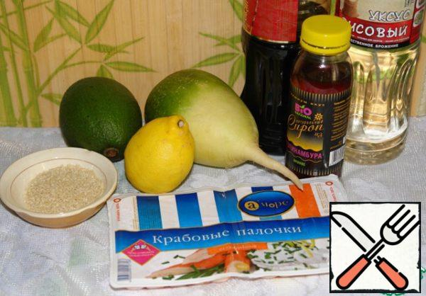 These are the products we need. In the photo there is no sesame oil. Wash the radish and avocado, squeeze out some lemon juice, about 1 teaspoon.