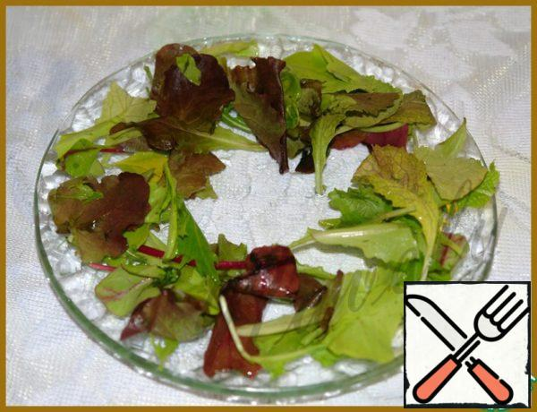 On a plate put lettuce, my salad mix (but also without the salad can be served still be delicious).