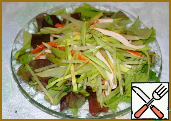 In the center of our spread salad and pour the dressing.