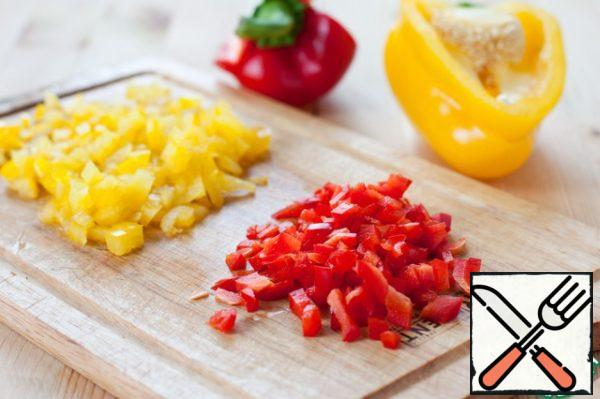All salad ingredients should be chopped into pieces approximately the same size. Cut into small cubes of half red and yellow bell peppers.