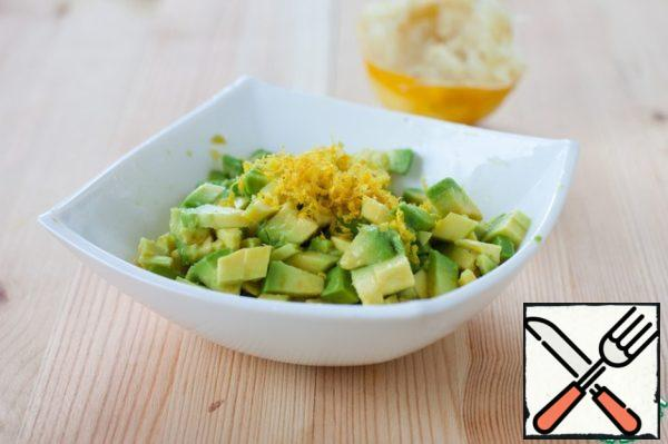 With lemon to remove the zest and squeeze 2 tbsp juice. Clean the avocado, remove the bone and cut into small cubes, immediately pour 1 tablespoon of juice, so as not to darken and retain its beautiful emerald color.