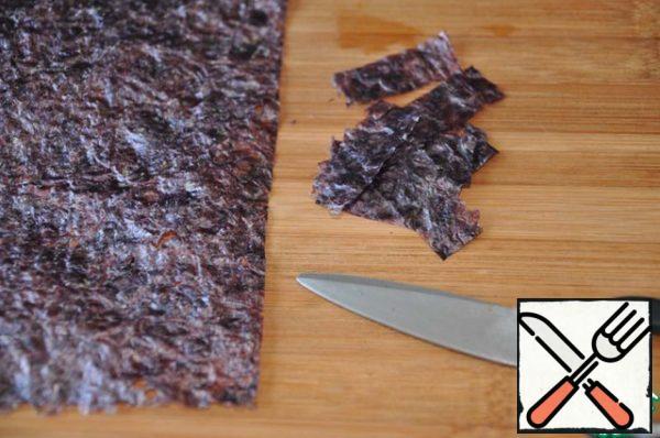 Leaf nori (1/4) cut with scissors strips 2 to 4 cm.