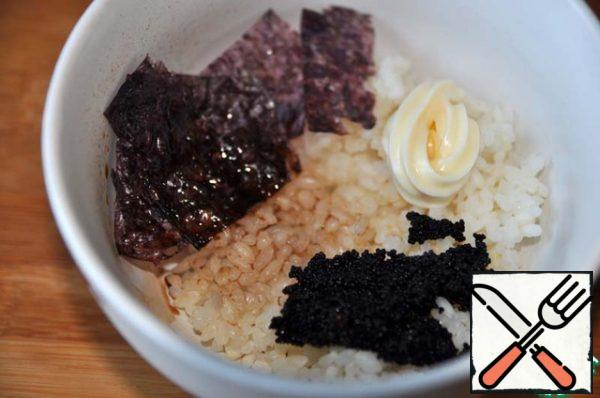 Mix the cooled rice, 1 tablespoon of caviar, chopped seaweed (nori), sprinkle with balsamic sauce (in the absence of soy). Add homemade mayonnaise. Mayonnaise is needed in a minimum amount for a bunch of ingredients. On the website many recipes for homemade mayonnaise. I used real Japanese mayonnaise.