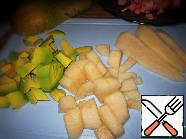 Peel the avocado and pear and cut into large pieces.