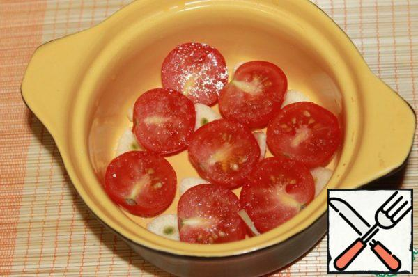Cherry tomatoes cut in half, put in a mold, drizzled with olive oil, they also send garlic, sliced plates. Salt, sprinkle with a little sugar and send to bake in the oven at 150 degrees for 1 hour. Get dried fragrant tomatoes. If this step is done in advance, the rest of the steps you will do just like lightning.
