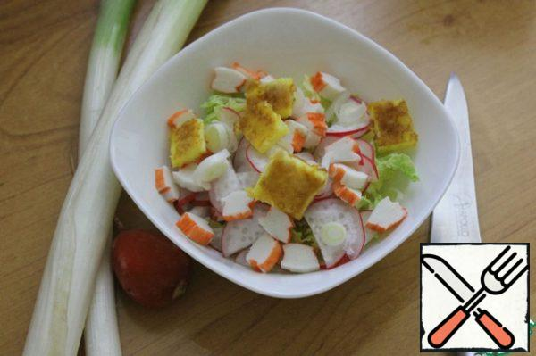 The cooled omelet cut into small cubes, cut the leeks (the white part of it) and mix all the ingredients. At this stage, you can fill the salad. It is suitable for two types of refueling - 1 orange oil and lemon juice and the 2nd 2 tbsp of low fat sour cream. Salt and pepper to taste. Personally, I belong to the mayonnaise properly, so for this salad, you mix 2 tbsp sour cream and 2 tbsp. of mayonnaise and dressed salad. Decide for yourself how you will taste better. The taste of the salad neizbity, but pleasant.
