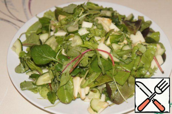 Put the slide on a wide flat dish. Pour the dressing.