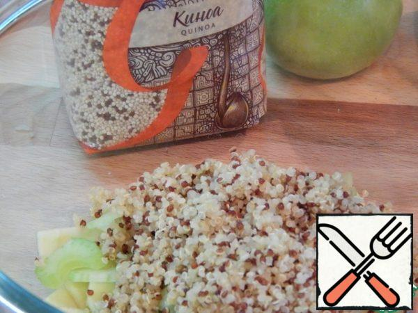 Add the quinoa. Mix everything carefully. Walnuts to fry, chop, connect with honey.