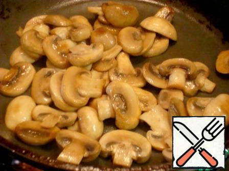 For 20 minutes until the end of cooking rice cut into circles mushrooms. Fry them on high heat, in vegetable oil for 10 minutes.