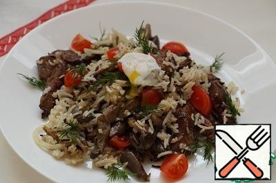 Mix boiled rice, mushrooms, liver, sliced cherry tomatoes and half chopped onion (onion optional). Season to taste with salt, pour the sauce (which remained when stewing), sprinkle with olive oil and put a poached egg on top. To prepare a poached egg, release one quail egg into boiling salted water and cook for 30 seconds. Take it out of the water with a slotted spoon (or a small strainer) and put it on the salad.