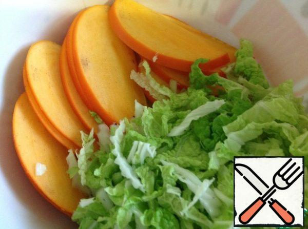 Cabbage (only the green part) chop, cut into half rings persimmon.