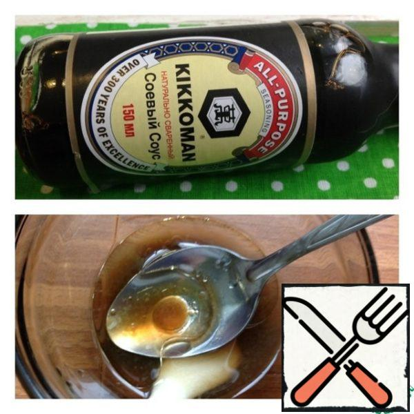 In a Cup, make the sauce: pour soy sauce, oil, juice of half a lemon and honey. Mix thoroughly and season the salad. Salad mix and enjoy the unique taste.