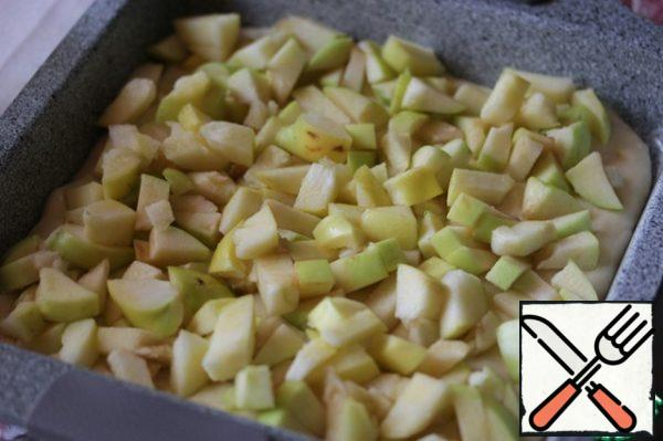 Put half of the dough in a form (I have 20x20), covered with baking paper or greased. On top of the dough spread the apples, cut into small cubes.