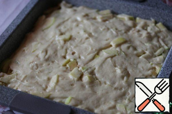 On apples posting the remaining dough, level. Put the form in the oven, preheated to 180°, and bake the cake until tender (~30-35 minutes).