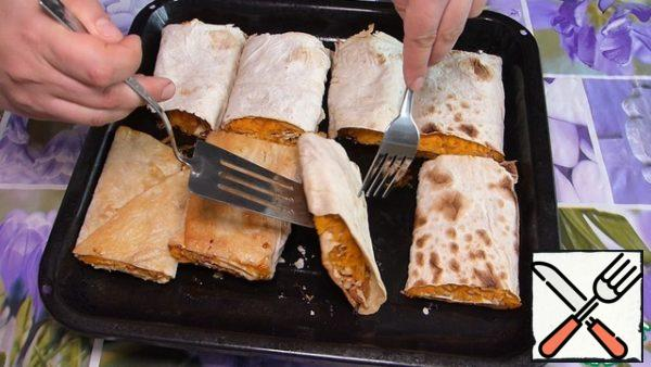 After 15 minutes, turn the pita bread and send it to the oven for another 7-10 minutes.