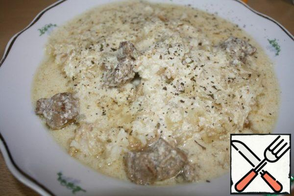 The dish is collected so-at the bottom of the rice is laid out, then poured generously with gravy with meat. To taste sprinkled with dry mint. Bon appetit!!!