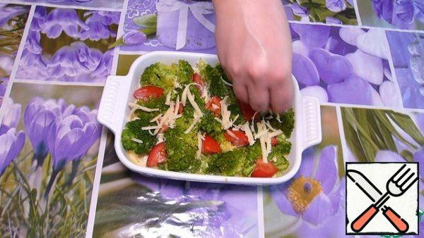 """Now spread the broccoli, slightly """"pressing"""". Now spread the tomato sliced. Sprinkle with the second half of grated cheese and send in a preheated 180 degree oven for 20-25 minutes (see your oven)."""