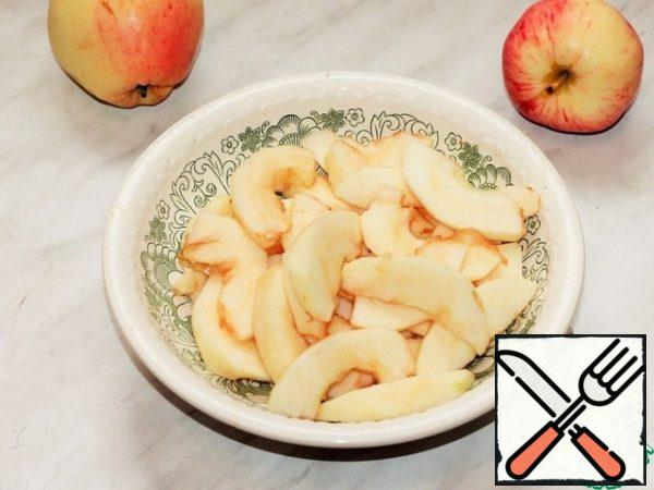 Prepare the filling. Apples (2 PCs) peel and seeds, cut into slices.
